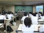 サイエンスキャンプを報告する生徒たち